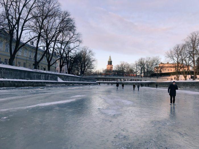 フィンランドで初体験!凍った川の上を歩くというドキドキの冬!!