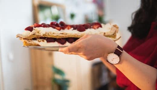 赤いワンピースにルビーレッドの腕時計をあわせて、大好物の苺ケーキ作りに挑戦だ【PR】